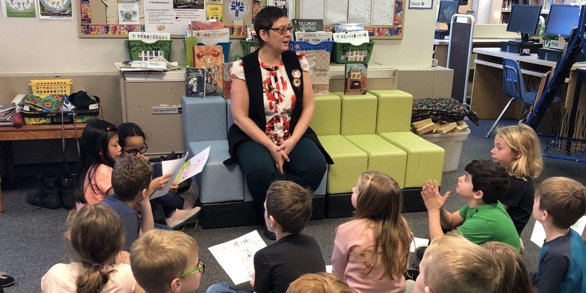 L'autrice Caroline Barber discutent avec les élèves