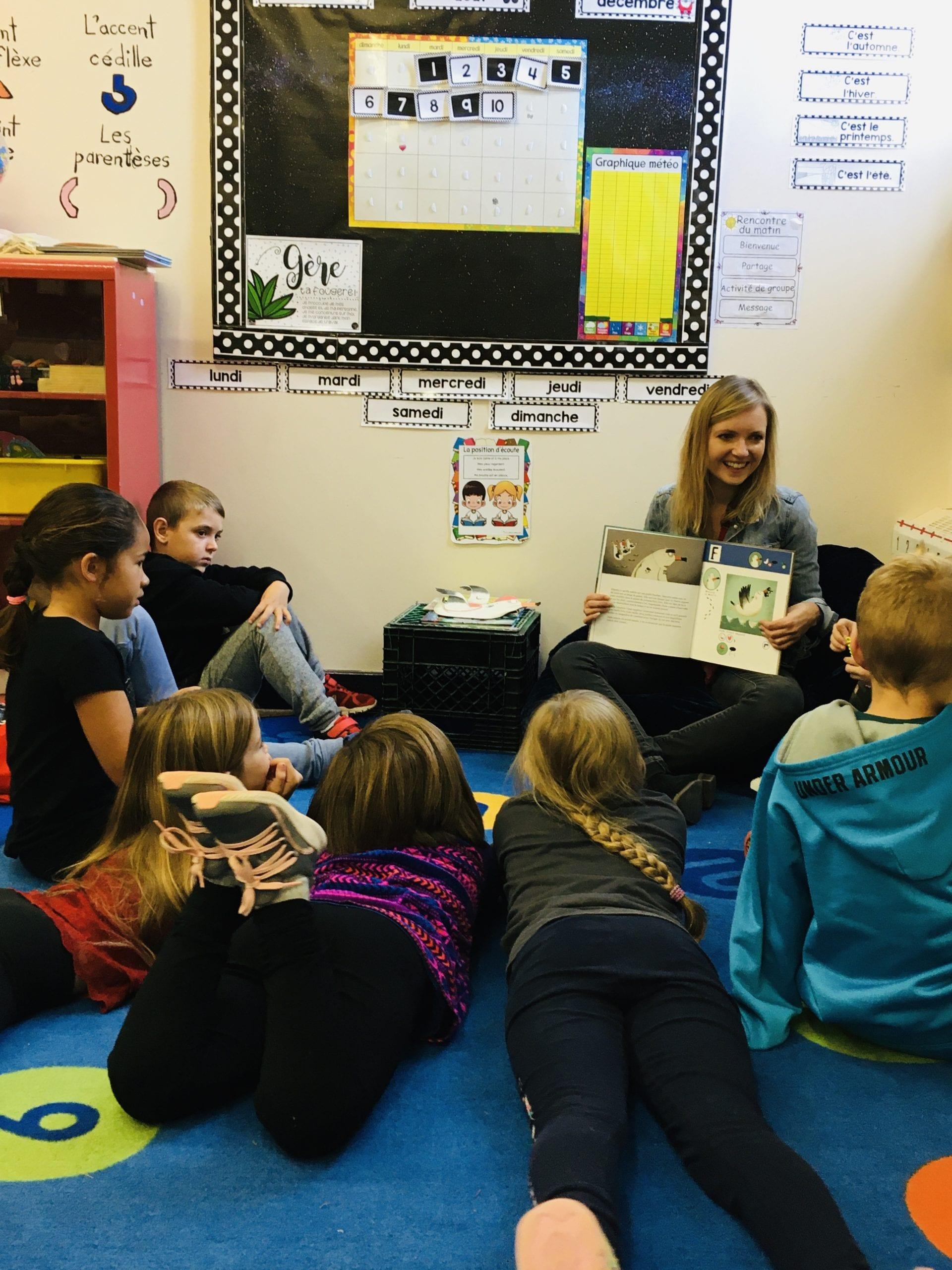 L'autrice Chloé Varin discutent avec des élèves