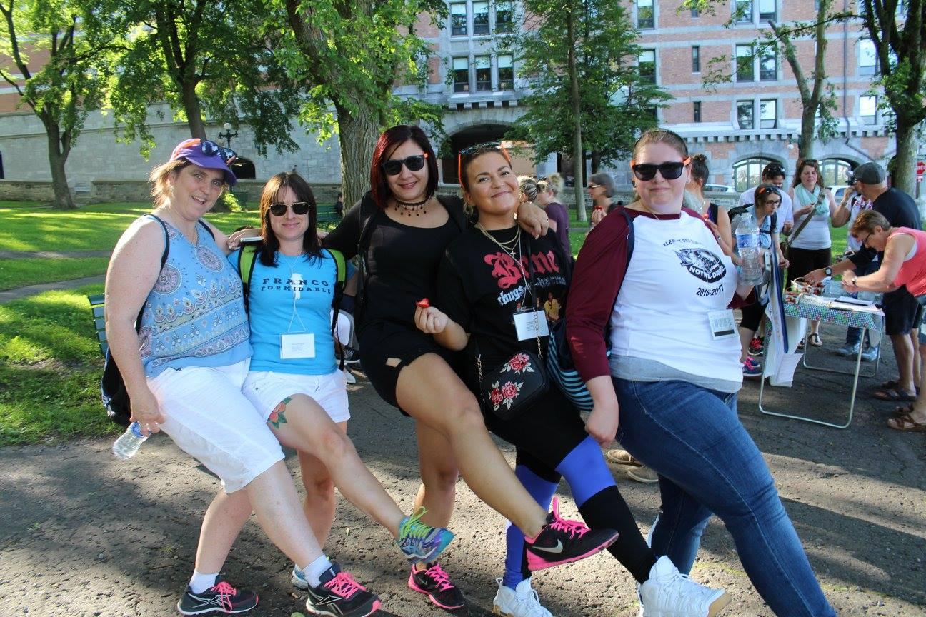 Groupe de 5 femmes posant pour la caméra