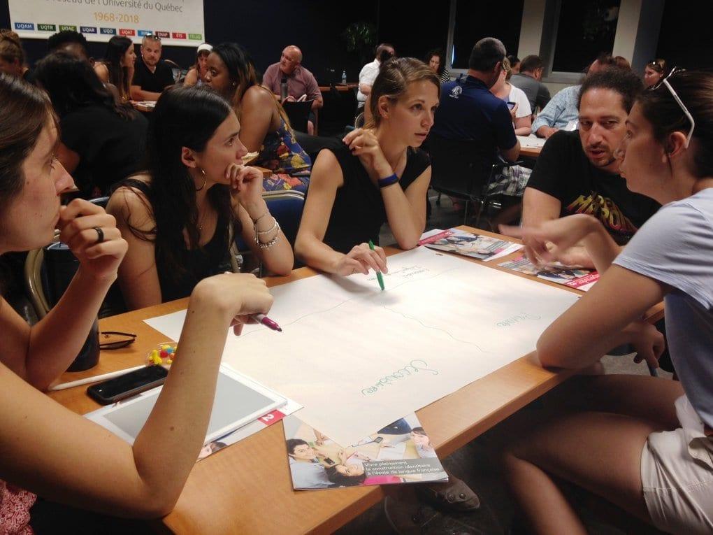 Gens autour d'une table, participant à une activité