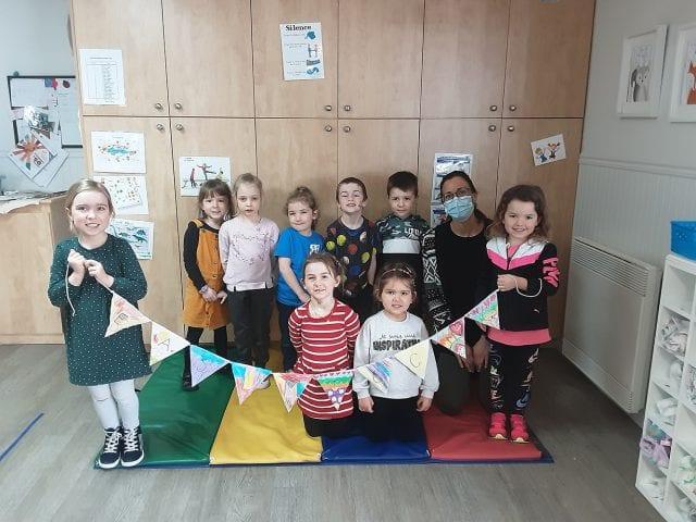 Groupe d'enfants et éducatrice