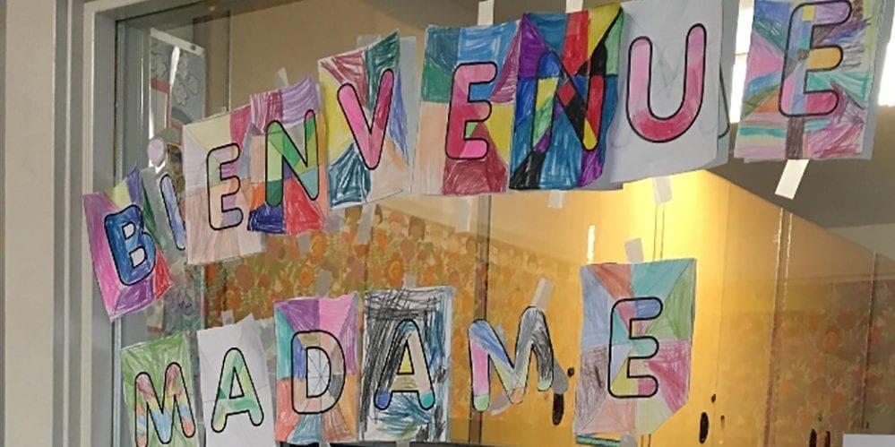 Affiche souhaitant la bienvenue à une stagiaire réalisée par des enfants