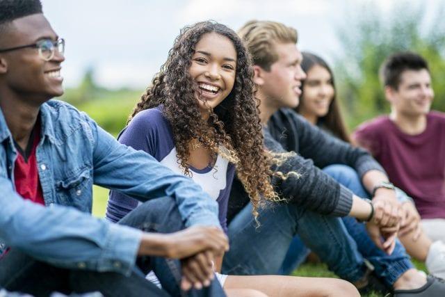 Jeunes de diverses nationalités souriant