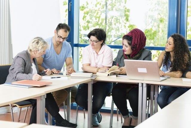 Jeunes adultes en réunion autour d'une table
