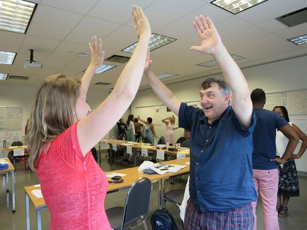 Deux participants se tapent dans la main