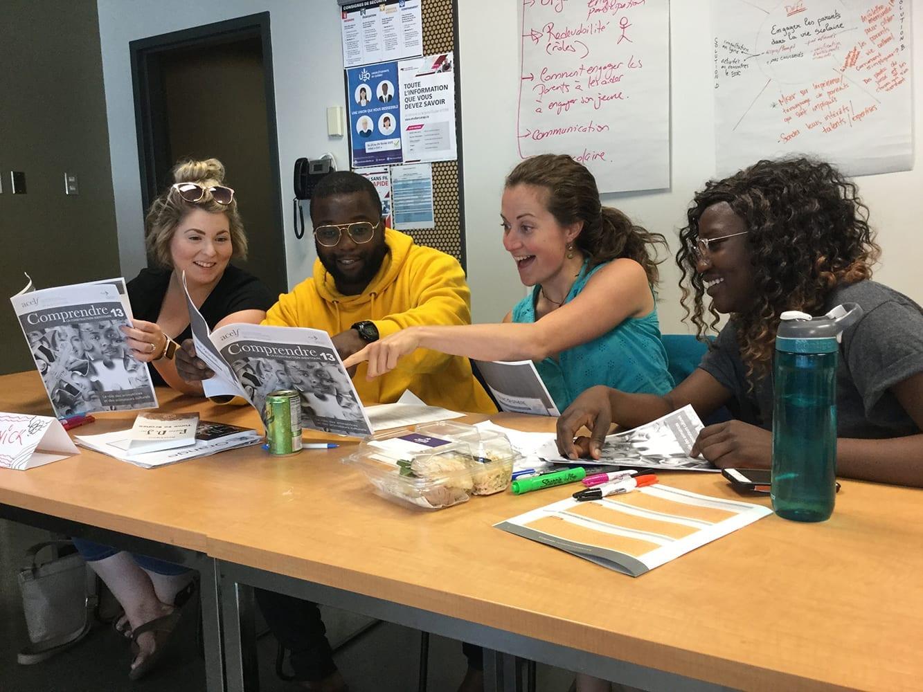 Jeunes qui consultent un magazine
