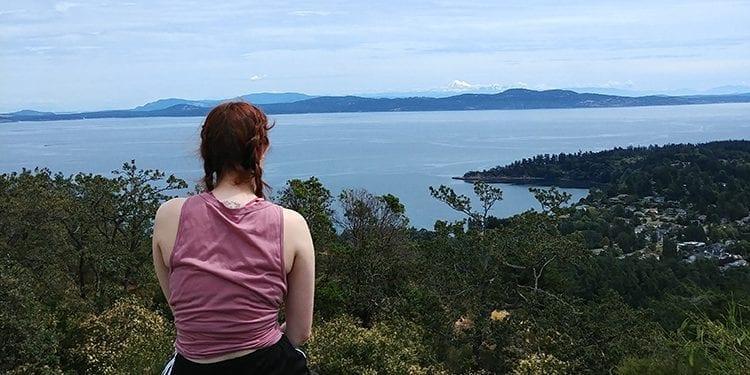 Jeune femme devant un paysage