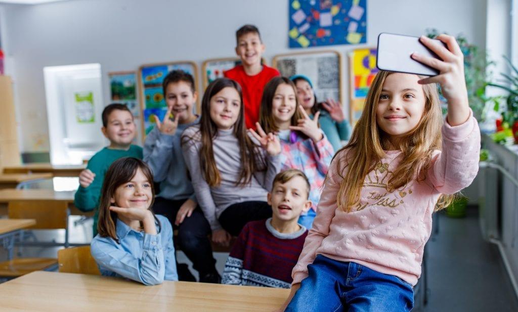 Élèves du primaire prenant un égoportrait