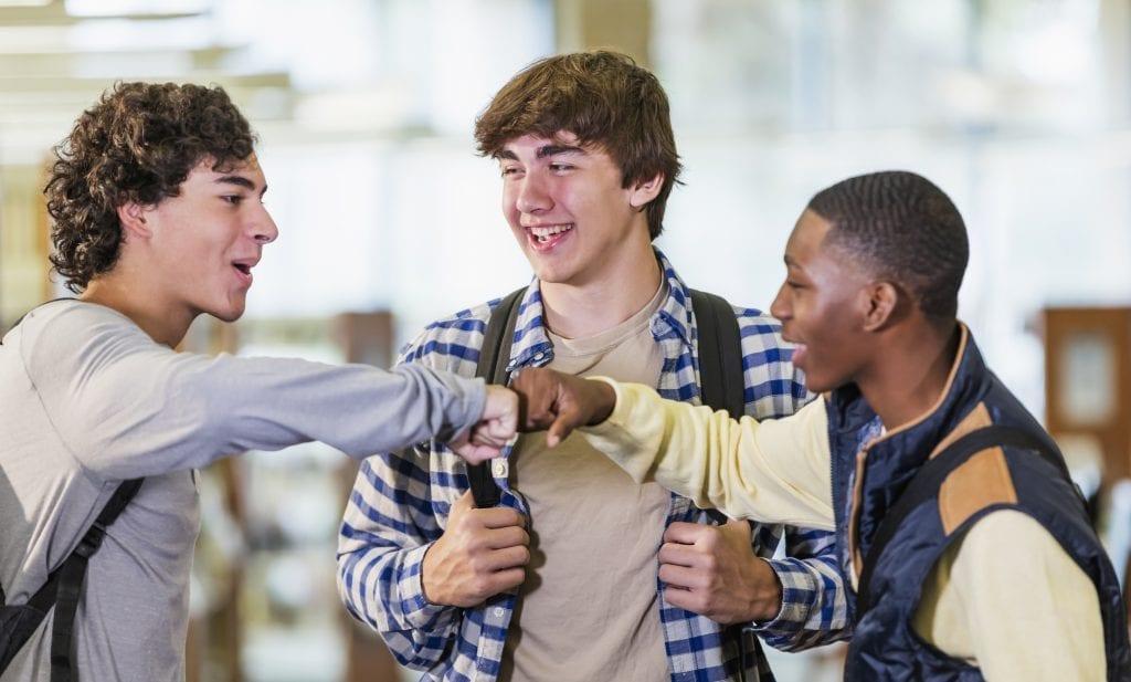 Trois adolescents heureux de se voir