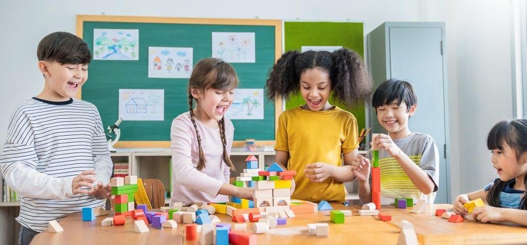Jeunes dans une classe créant différentes constructions