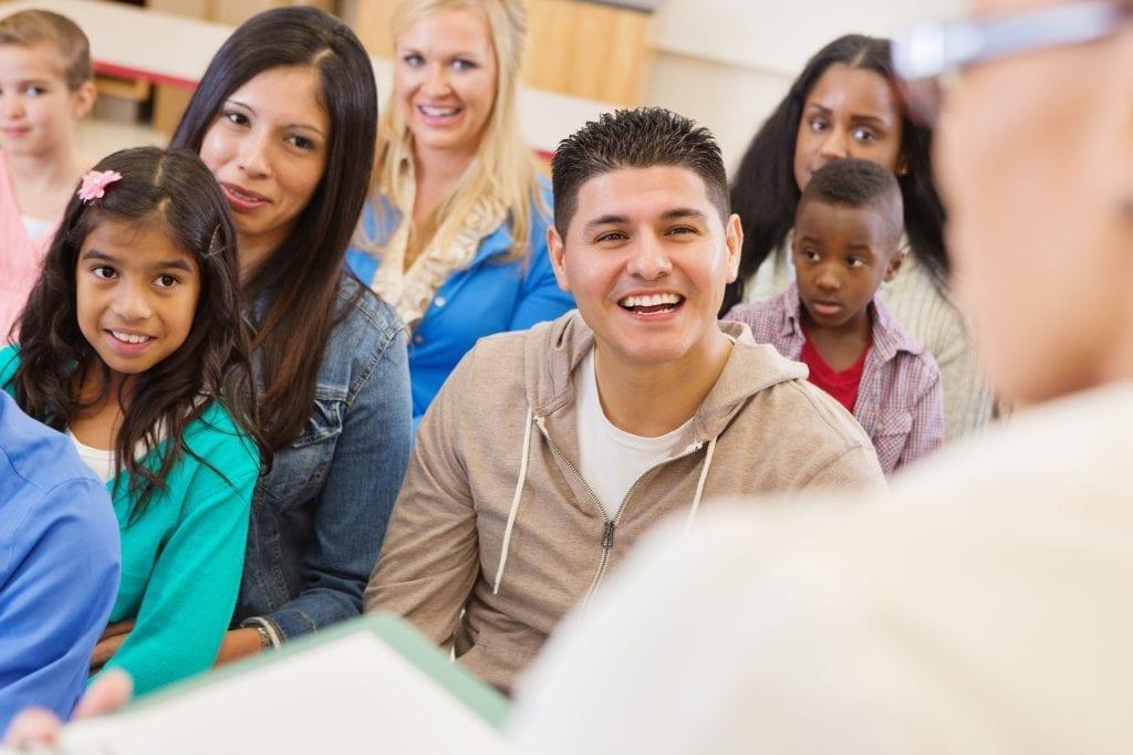 Parents et élèves lors d'une rencontre à l'école