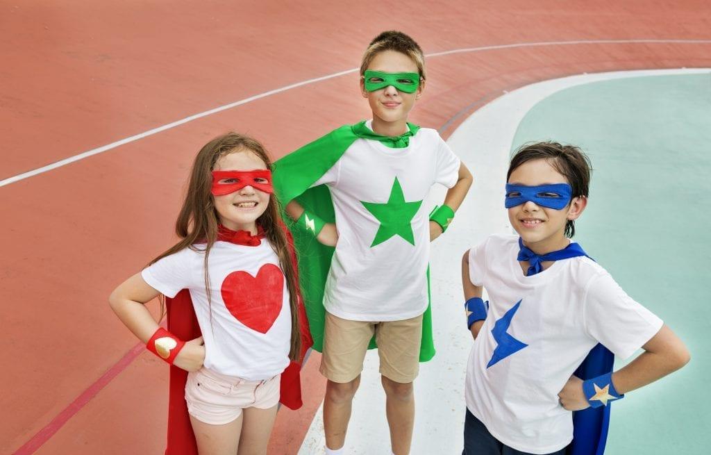 Trois enfants habillés en super-héros