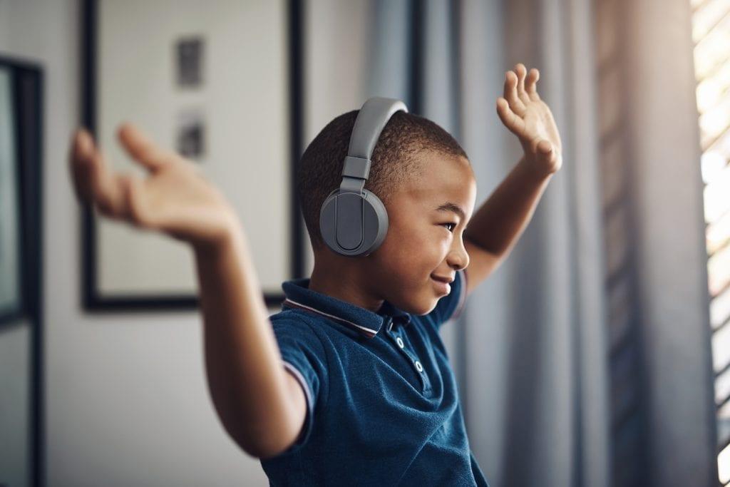 Enfant qui danse avec des écouteurs