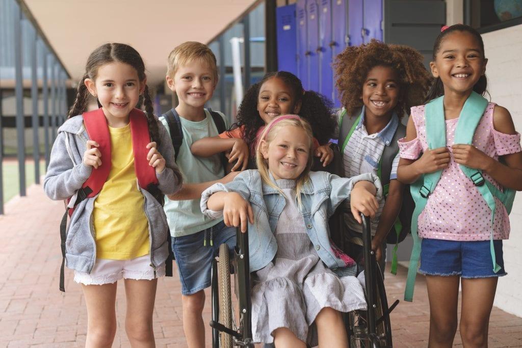 Élèves du primaire dans un corridor qui semblent avoir du plaisir ensemble
