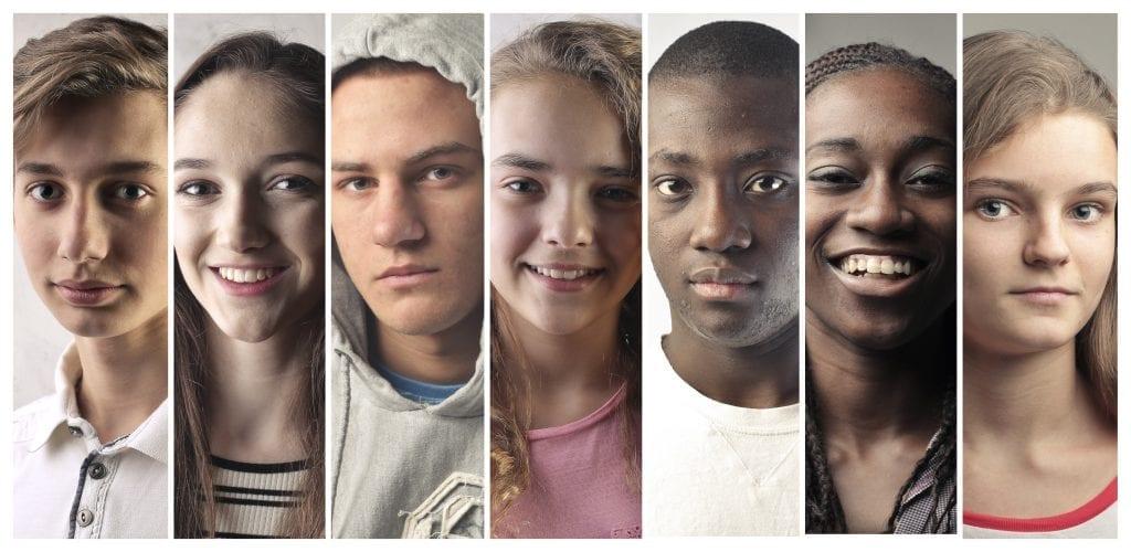 Visages d'adolescents avec différentes émotions