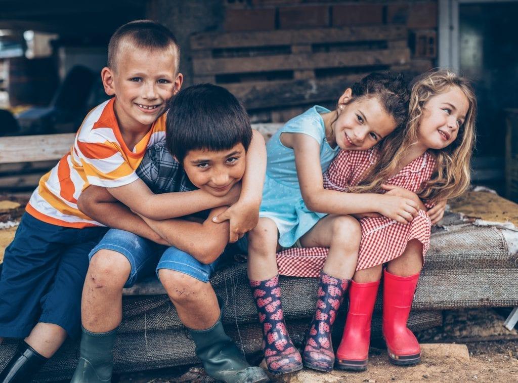 Enfants se serrant dans leurs bras