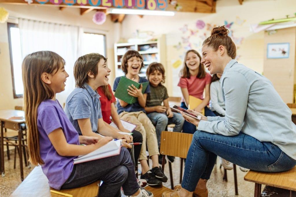 Enseignant discutant avec ses élèves