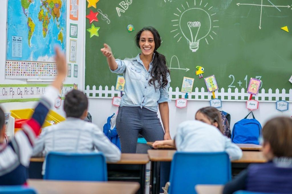 Enseignante qui parle devant sa classe
