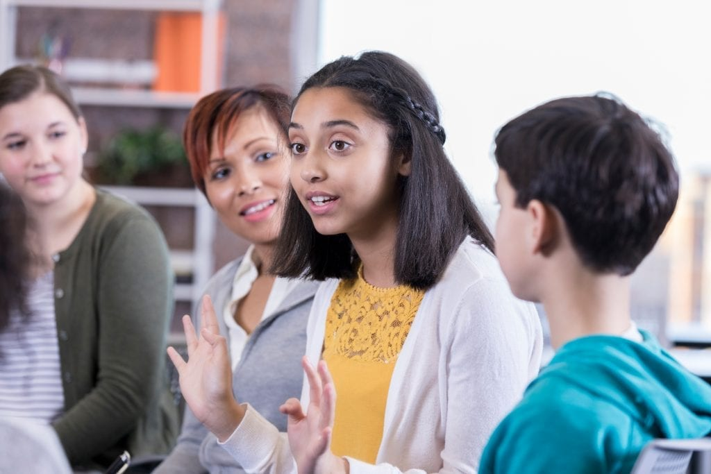 Jeunes filles qui parle dans un cercle de discussion