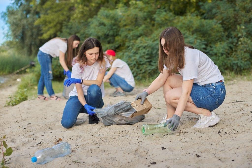 Jeunes qui ramassent des déchets sur une plage