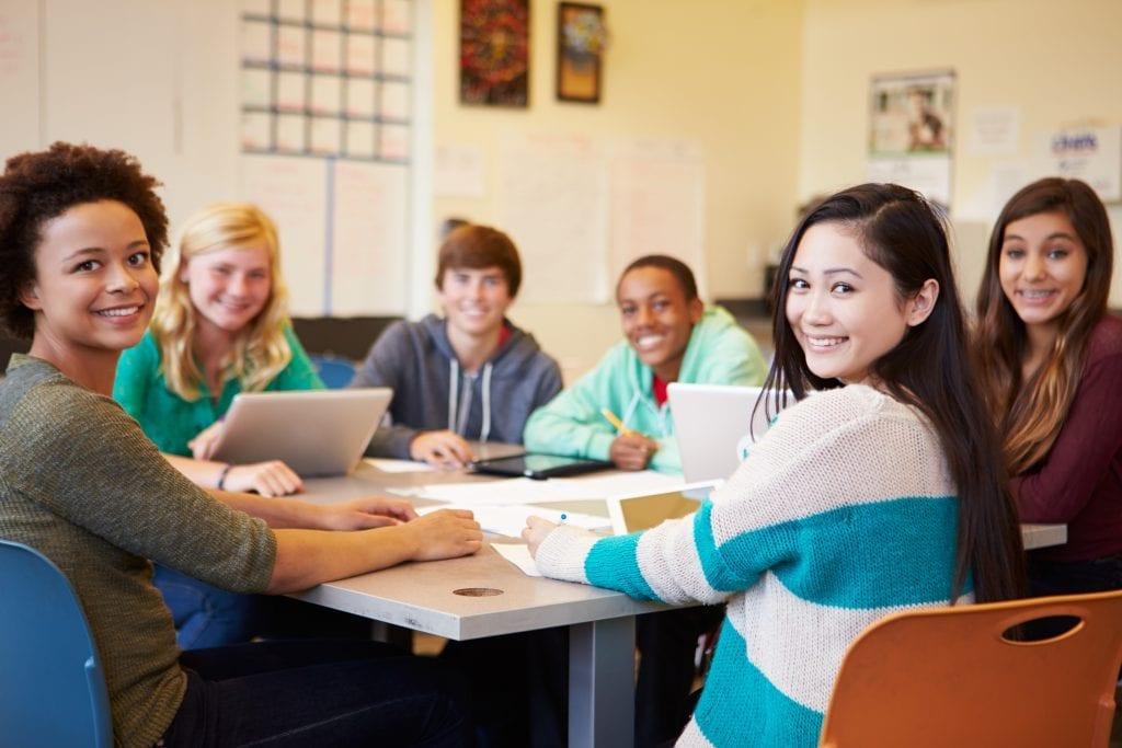 Étudiants qui discutent dans une classe