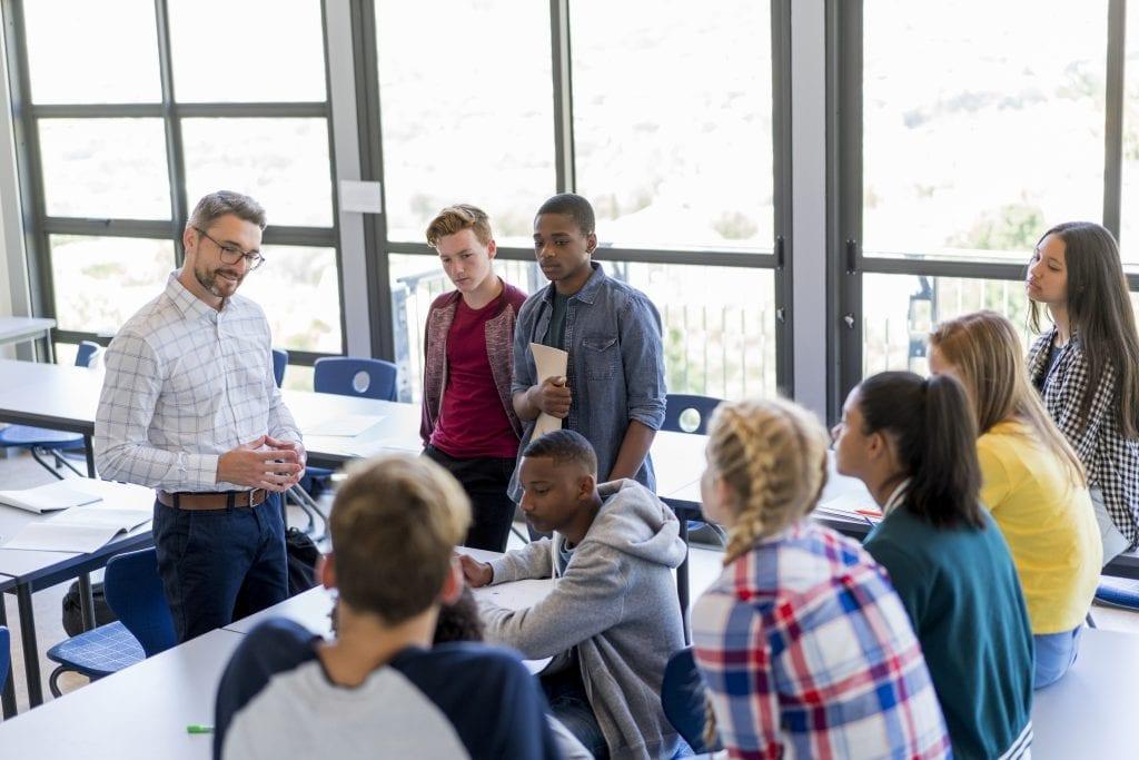 Groupe d'étudiants qui discutent