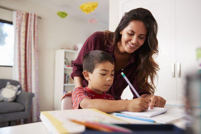 Parents qui fait les devoirs avec son enfant