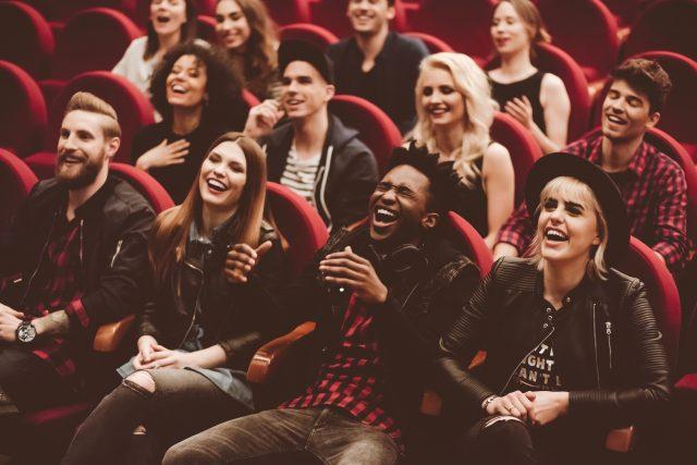 Adolescents qui rient dans un théâtre