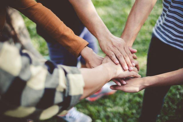 Mains qui se rejoignent comme pour unir la force des gens